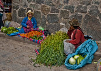 Women at Ollantaytambo market (2011) Photo (c) Karen Abrahamson